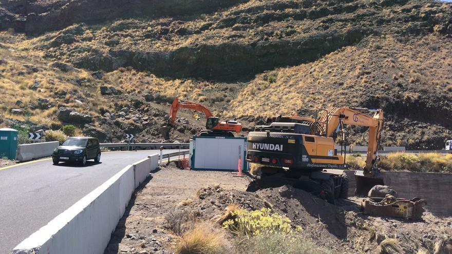 Tractores trabajando en el nuevo trazado de la vía Agaete-El Risco.