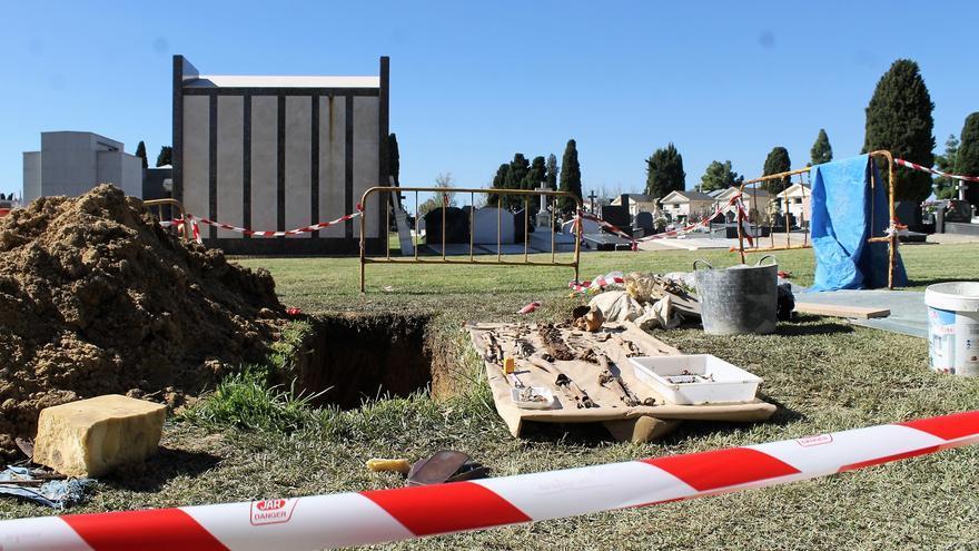 Primera intervención para rescatar los restos de uno de los miles de ejecutados en el cementerio de La Soledad. | JUAN MIGUEL BAQUERO