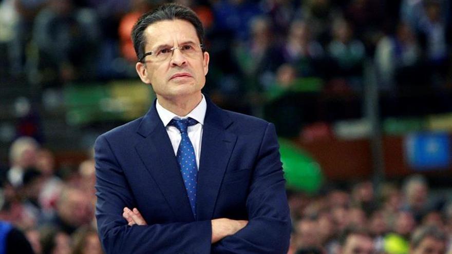 El técnico del Valencia Basket, Pedro Martínez, durante el partido de la segundo eliminatoria de los cuartos de final de la Copa del Rey de baloncesto, frente al Herbalife Gran Canaria en el Coliseum de A Coruña. EFE/Cabalar.