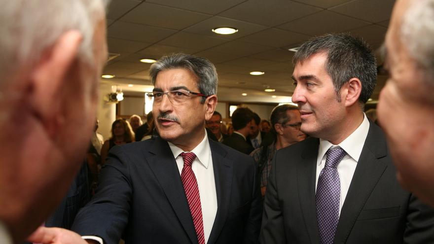 Román Rodríguez y Fernando Clavijo en la toma de posesión de Clavijo (ALEJANDRO RAMOS)
