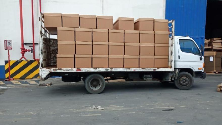 Imagen de las primeras 200 de 2.000 cajas mortuorias de cartón distribuidas en Guayaquil.