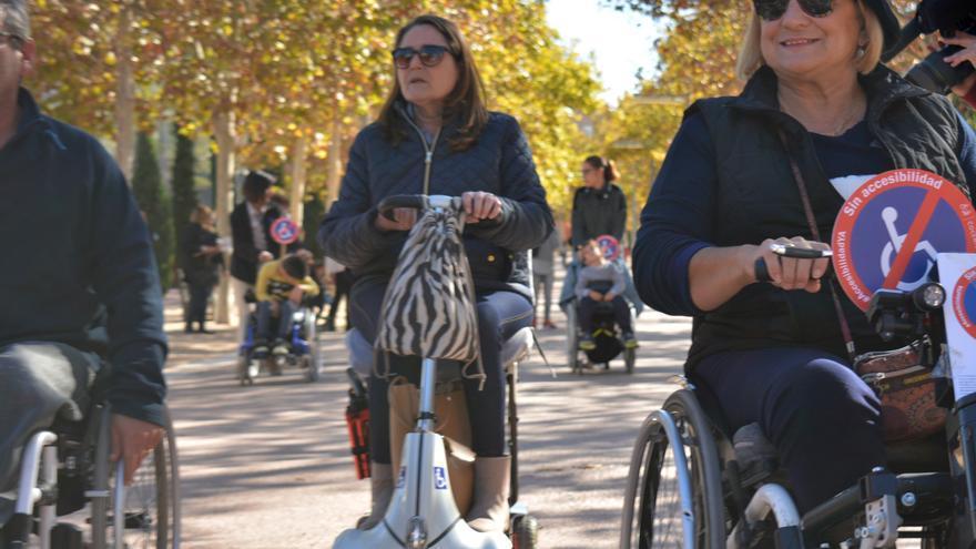 Personas con movilidad reducida en sillas de ruedas eléctricas