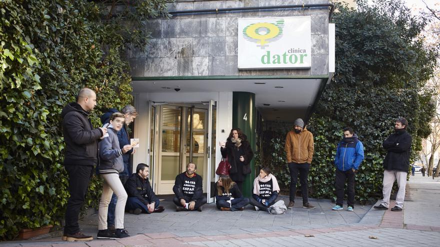 Un grupo de personas, a las puertas de la clínica Dator, obstaculizan a las mujeres que entran a abortar