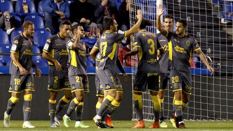 Los jugadores de la UD Las Palmas celebran el segundo gol ante el Deportivo. EFE/Cabalar