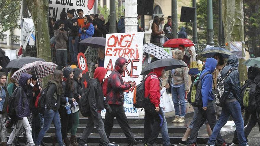 Cientos de personas siguen arropando a los condenados de Segi en San Sebastián