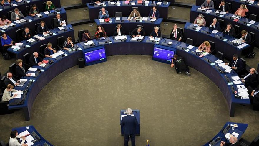 El presidente de la Comisión Europea (CE), Jean-Claude Juncker (c), ante un pleno de la Eurocámara, en Estrasburgo (Francia).