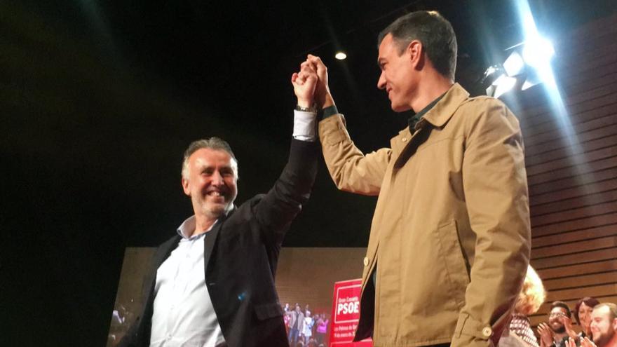 Ángel Víctor Torres y Pedro Sánchez en el Auditorio Alfredo Kraus de la capital grancanaria.