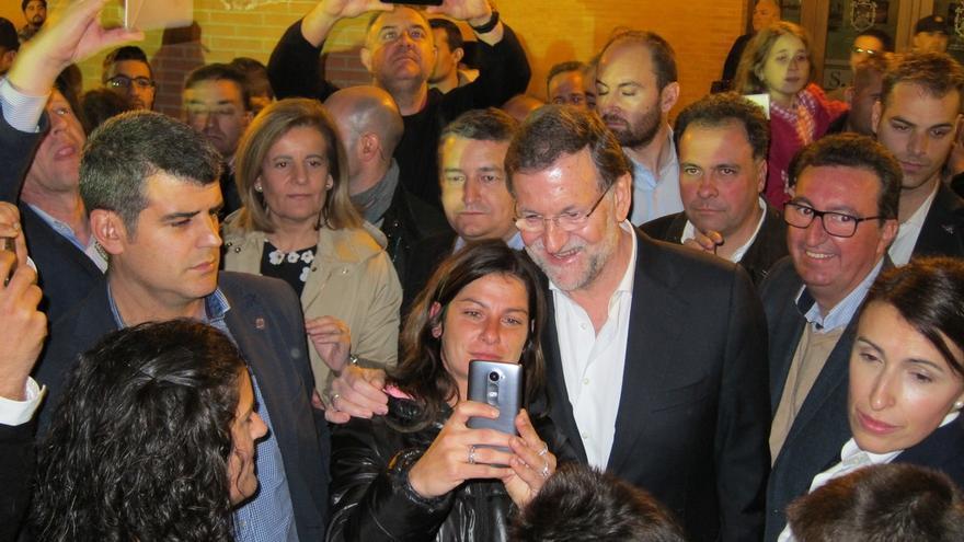 Rajoy inaugura el alumbrado navideño de Palos de la Frontera y se da un paseo entre 'selfies' y saludos