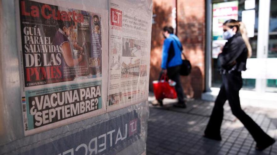 Una mujer camina junto a un kiosko el 13 de abril de 2020 en la comuna de Providencia en Santiago (Chile).