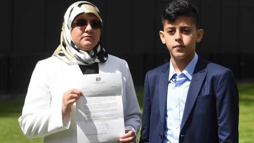 Fatima Boudchar, esposa del político libio Abdul Hakim Belhaj, y su hijo, Abderrahim, se dirigen a los medios ante el Parlamento en Londres, Reino Unido, hoy, 10 de mayo de 2018.