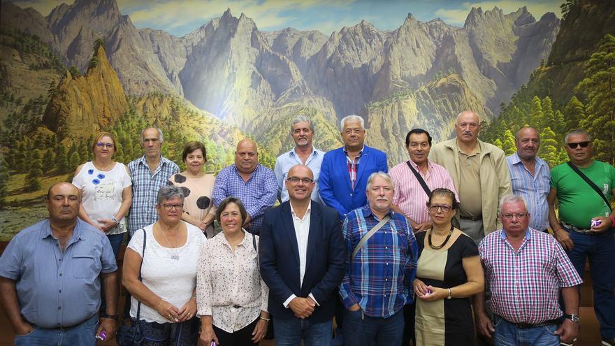 Anselmo Pestana junto a los trabajadores jubilados.
