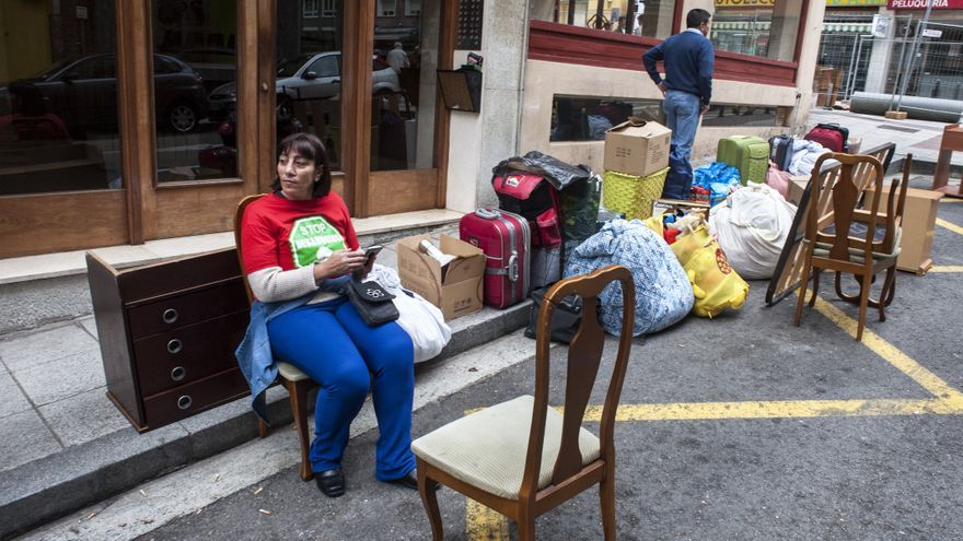 Un miembro de Stop Desahucios espera a la furgoneta para seguir cargando las pertenencias de la familia.   Joaquín Gómez Sastre