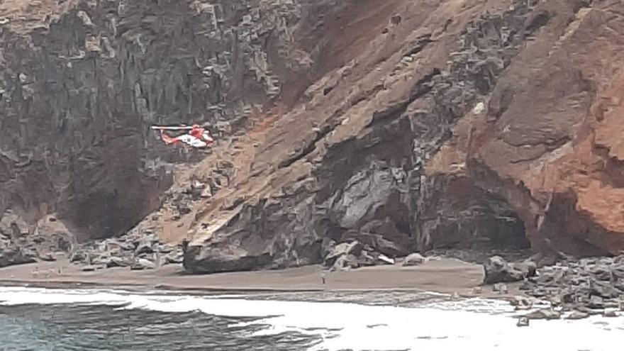 Un momento del rescate en la playa de Bujarén.