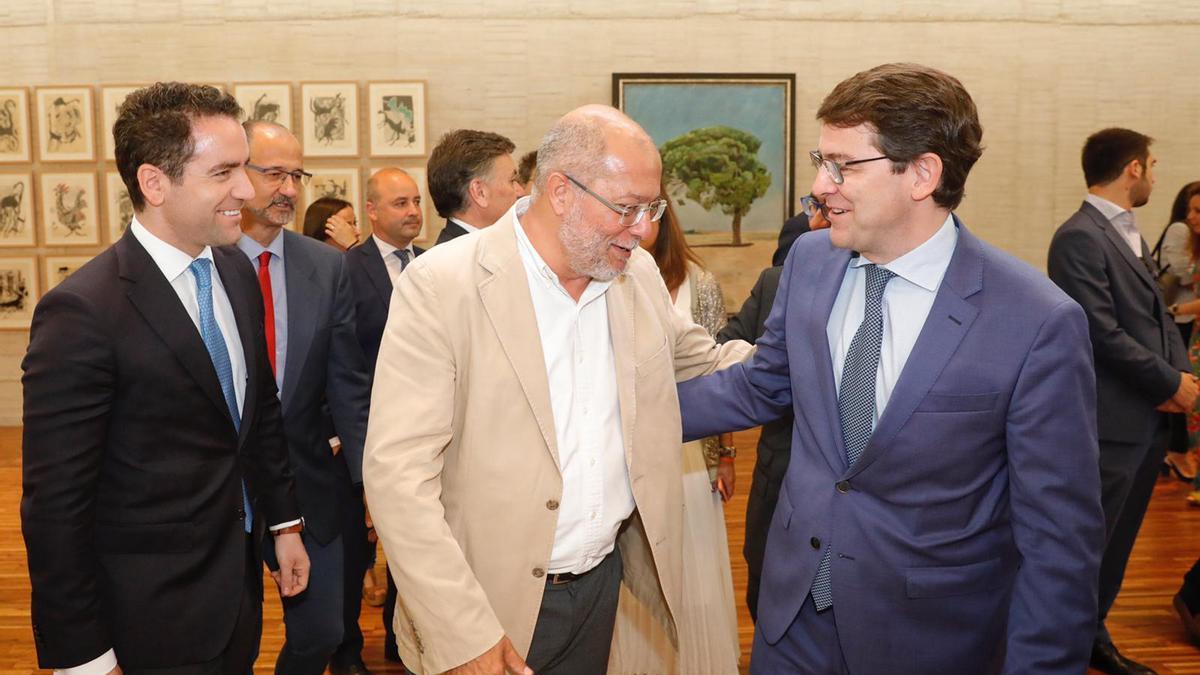 Teodoro García Egea, Francisco Igea y Alfonso Fernández Mañueco, tras la firma del pacto de gobierno en Castilla y León.