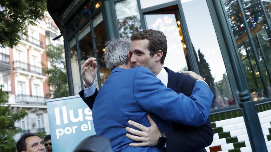 Pablo Casado y Ángel Garrido se abrazan en un acto del PP en Madrid en julio de 2018.