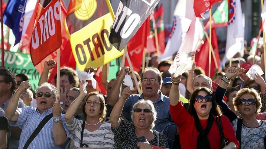 Miles de manifestantes celebran la caída del Gobierno conservador