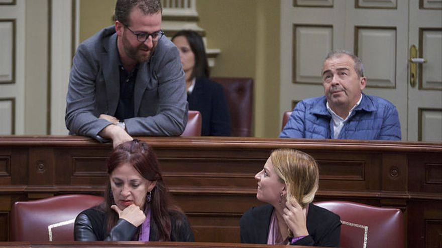 Bancada de Podemos en el Parlamento de Canarias