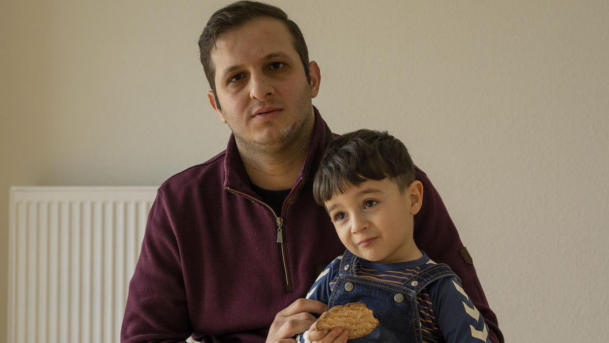 Yousef Bakdash hace cinco años que llegó a Dinamarca. Ahora vive en Århus con su mujer y sus dos hijos, pero teme que sea forzado a retornar a Siria, donde cree que su vida podría correr peligro por la guerra y el régimen de Al-Assad.