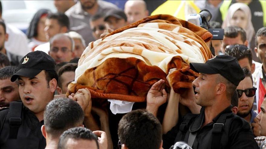 Varios palestinos portan el cuerpo de Riham Dawabshe. / EFE.