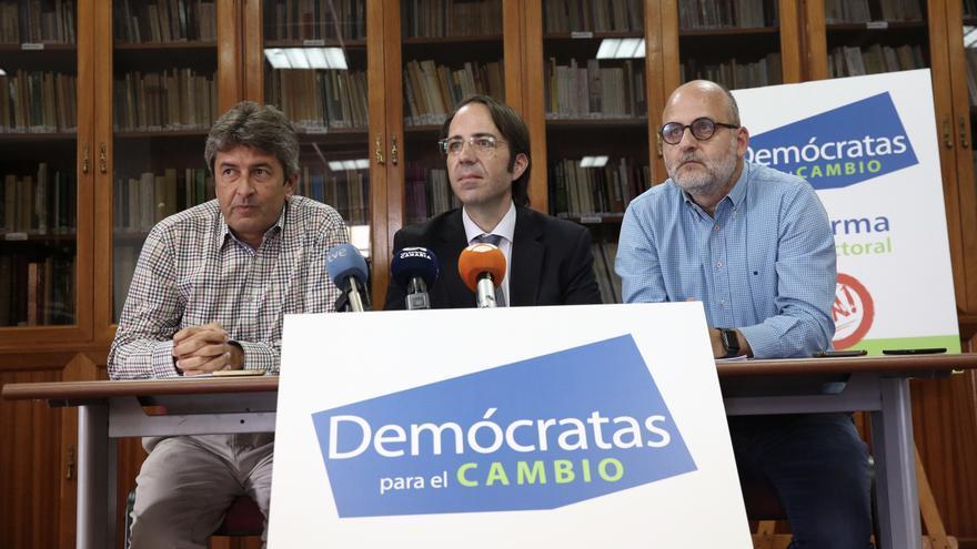 De izquierda a derecha: el portavoz de Demócratas para el Cambio, Vicente Mujica, el profesor de Derecho Consititucional en la ULL, Gerardo Pérez, y el miembro de Demócratas para el Cambio, Luis Roca.