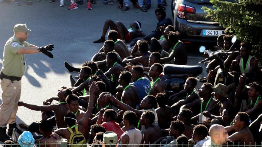 Una asociación de guardias civiles se querella por el asalto violento a la valla de Ceuta