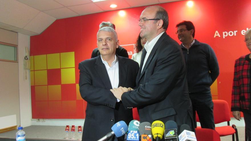 Manuel Marcos Pérez y Anselmo Pestano se dieron la mano al final de la rueda de prensa. Foto: LUZ RODRÍGUEZ.