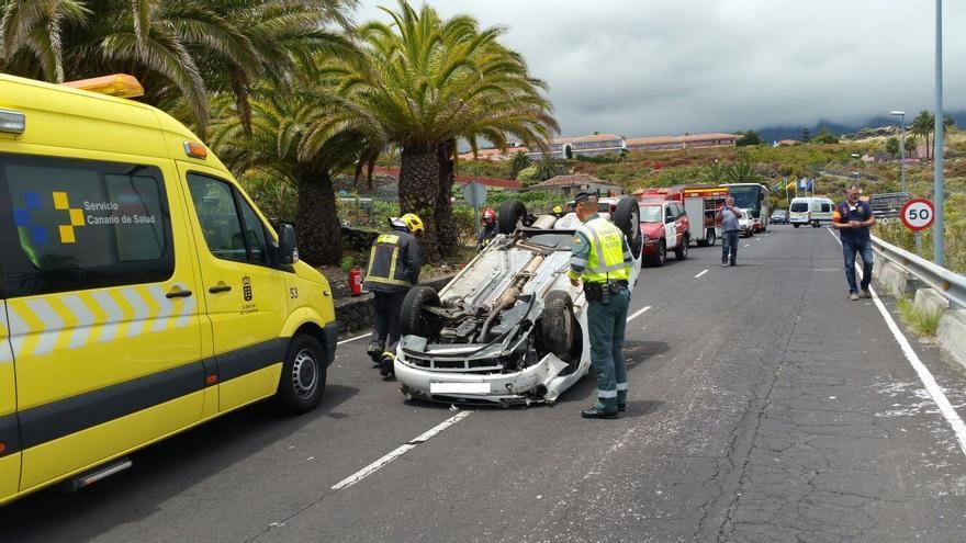 En la imagen, el coche accidentado. Foto: BOMBEROS LA PALMA.