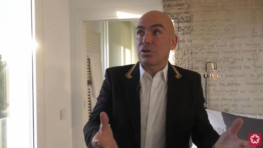 Kike Sarasola enseñó en 2018 el interior del edificio de apartamentos de lujo en el que reside Ayuso