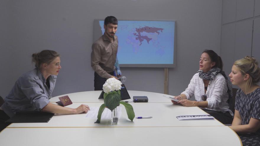 'Performance' de los interrogatorios que los servicios secretos alemanes hacían a refugiados para obtener información (Imagen: PAM 2018 (Michael Pfitzner | Paul Valentin))