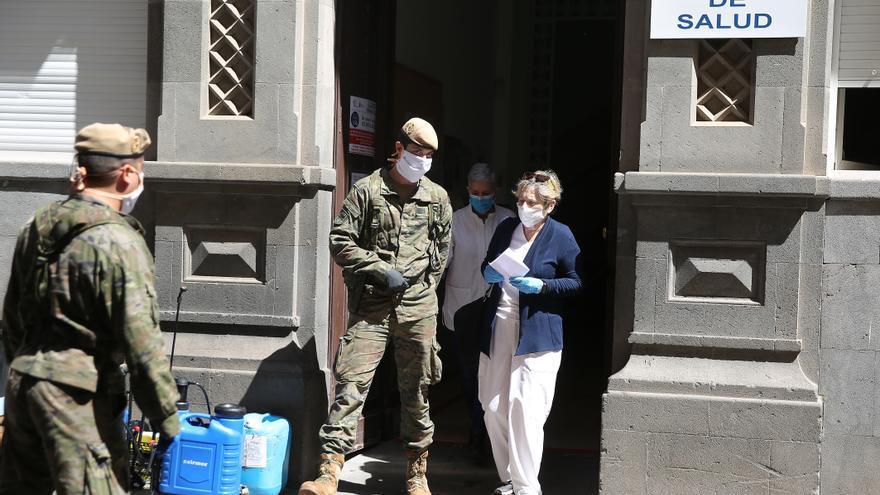 Efectivos del Ejército de Tierra se preparan para realizar este martes labores de desinfección en el centro de salud de El Toscal en la capital tinerfeña. EFE/ Cristóbal García