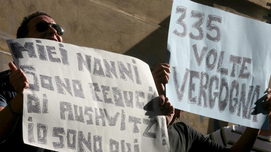 Un grupo de judíos protestan contra el levantamiento del arresto domiciliario del ex capitán de las SS Erich Priebke, condenado a cadena perpetua por la matanza de las Fosas Ardeatinas donde 335 italianos fueron fusilados por los nazis (18 de junio de 2007).  EFE/Massimo Percossi