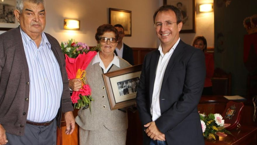 Nieves Martín, con su marido (izquierda), y el alcalde de El Paso, Sergio Rodríguez.