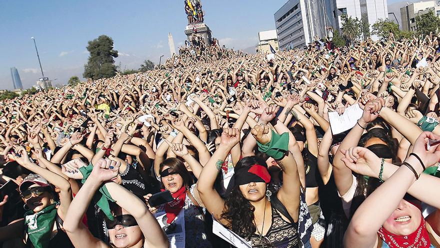 Imagen del himno de Lastesis representado en Santiago de Chile - Latercera.com