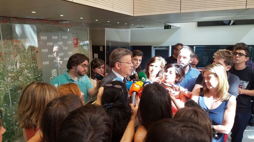 El secretario general del PSPV-PSOE, Ximo Puig, tras reunirse con Pedro Sánchez en la sede del PSOE.