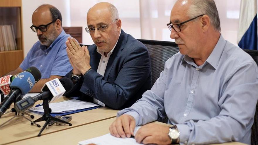 El presidente del Cabildo de Gran Canaria, Antonio Morales (c); el consejero de Medio Ambiente, Juan Manuel Brito (i), y el consejero de Agricultura. (Efe/Ángel Medina G.).