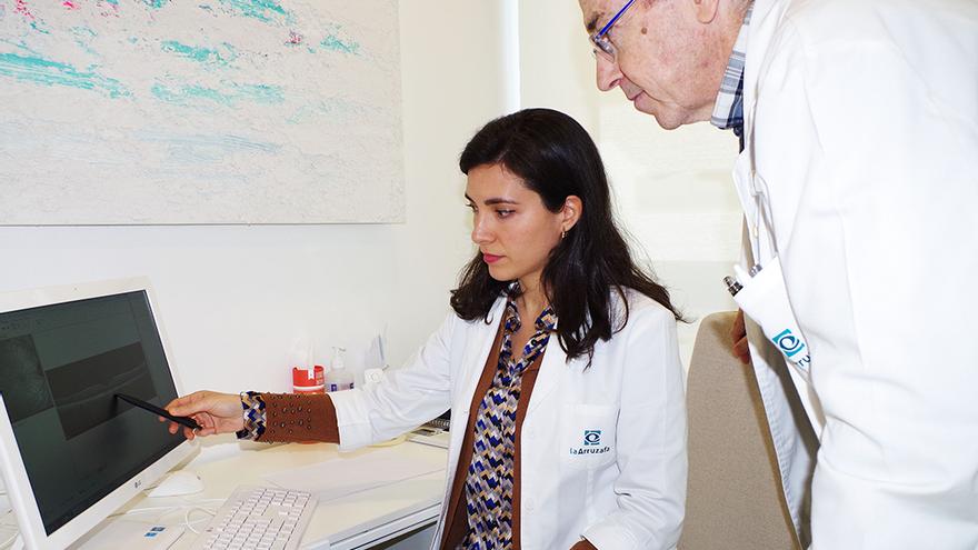 Profesionales del hospital La Arruzafa consultan las pruebas sobre los daños causados por el puntero láser.