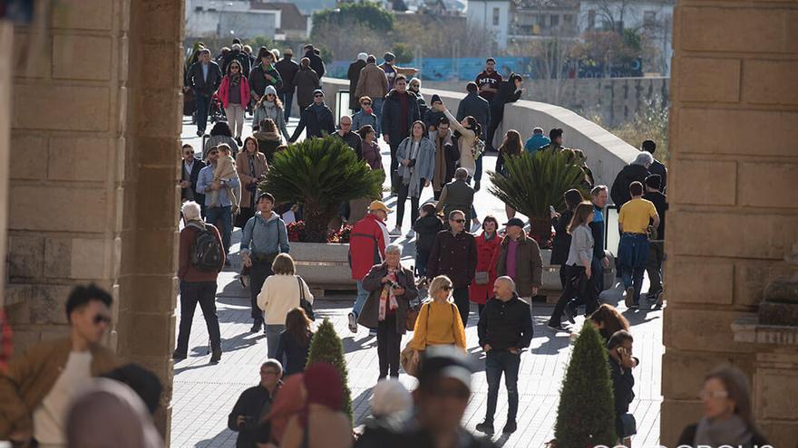 Turistas en el Puente Romano   TONI BLANCO