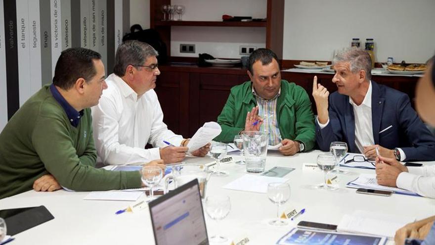 El presidente de la Federación Canaria de Municipios (FECAM), Manuel Ramón Plasencia (2d), junto al alcalde de La Orotava (Tenerife), Francisco Linares (d). EFE/Ramón de la Rocha