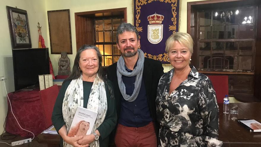 Elsa López, José Farrujia y Rosa Aguado en la presentación.