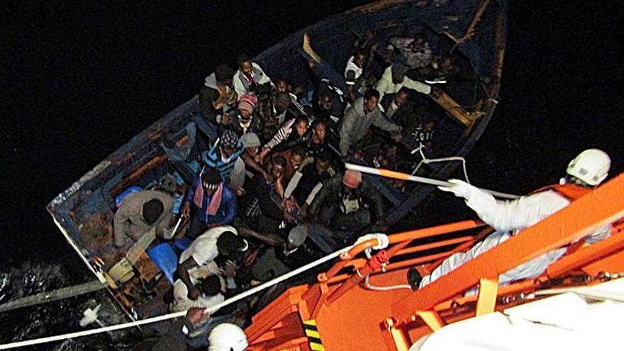 Patera rescatada el domingo al sur de Gran Canaria y que llegó con 42 tripulantes a pesar de haber partido con 49