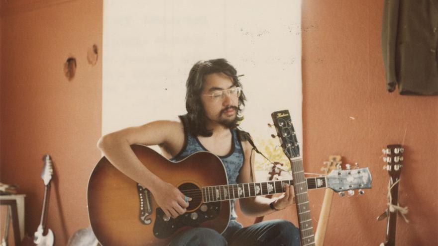 Un joven Kazuo Ishiguro practicando una de sus pasiones
