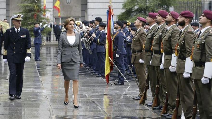 La Mnisitra de Defensa, María Dolores de Cospedal, pasa revista a las tropas