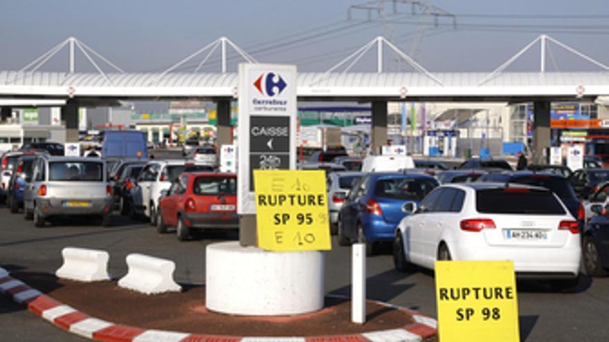 Automóviles hacen cola en la entrada de una gasolinera en mitad de la huelga de
