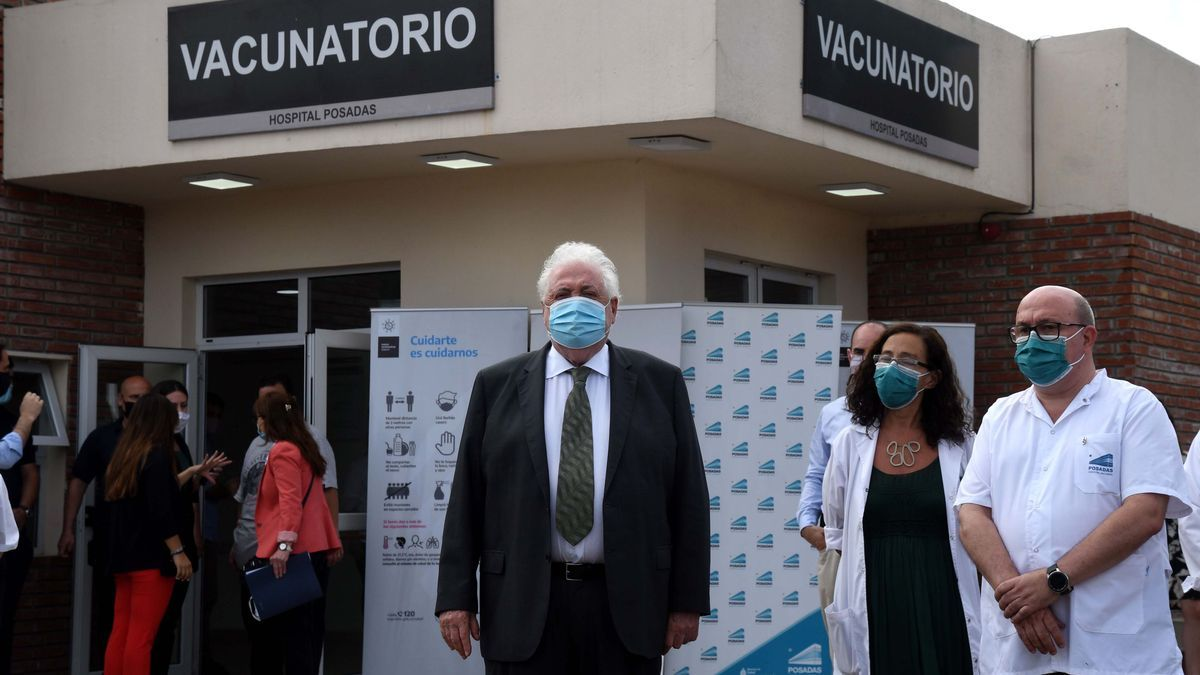 Ginés González García en el Hospital Posadas.