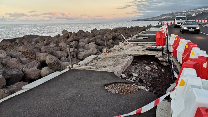 Parte del paseo marítimo destruido por la subida del mar con gran virulencia