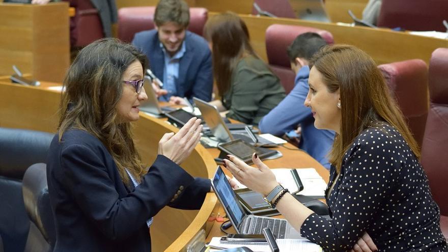 Mónica Oltra y María José Catalá conversan en les Corts