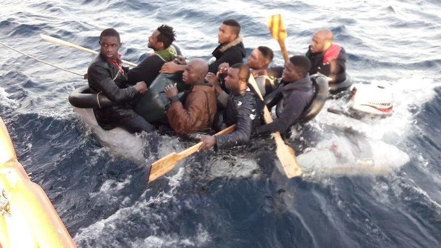 Rescatados cinco subsaharianos del agua y otros ocho de una patera, algunos con síntomas de hipotermia