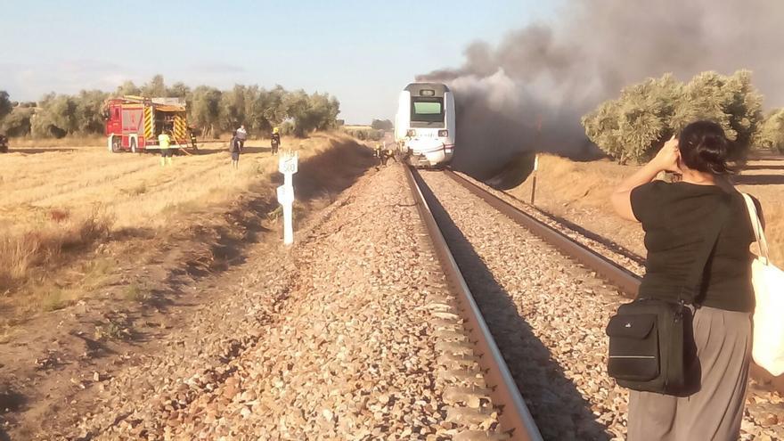 El tren ardiendo y el camión de bomberos al lado; los pasajeros fueron desalojados