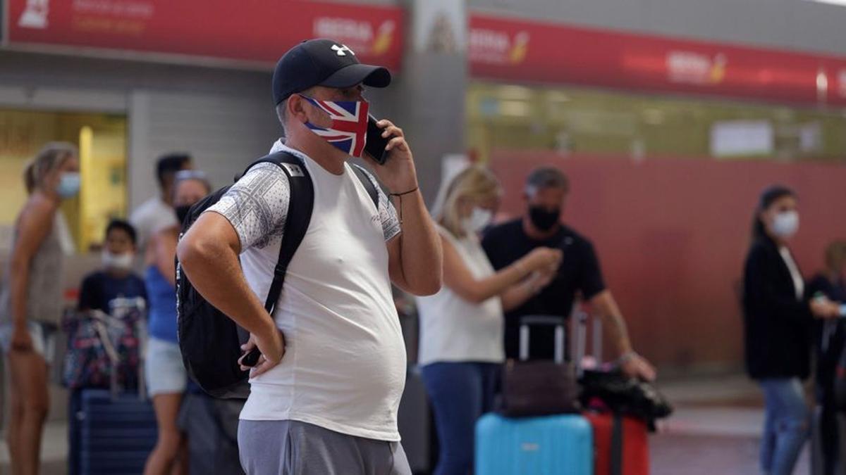 Turista británico en en el aeropuerto de Tenerife Sur