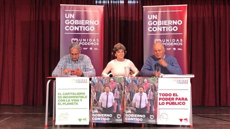 La candidata de Unidas Podemos al Congreso de los Diputados por Badajoz, Amparo Botejara, acompañada en un acto de campaña por el diputado de Unidas Por Extremadura Joaquín Macías